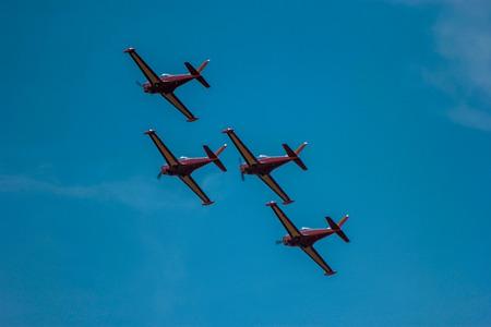 sincronizacion: aviones civiles de acrobacias volando en la sincronizaci�n