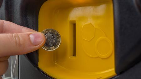 Close-up Hand setzen eine Münze Selbstbedienung Maschine Standard-Bild - 80414956