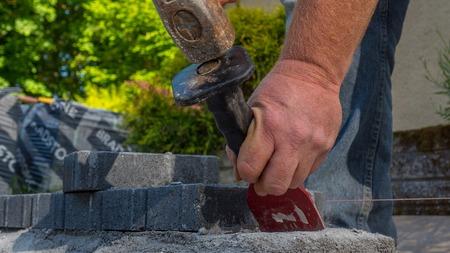 Maurerwerkzeuge, die auf Baustelle arbeiten Standard-Bild - 80466671