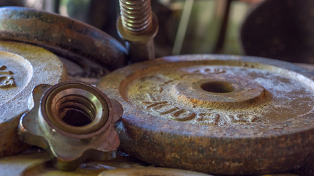 Rostige Gewichte langsam Gefahr links aufgegeben auf dem Boden Standard-Bild - 80416076