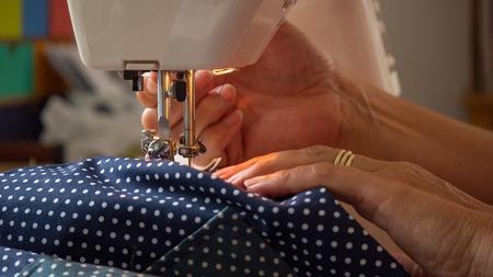 Weibliche Hand mit Nähmaschine Nähte fabic Standard-Bild - 80864875