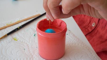 Weibliche Hände Malerei Polymer Lehm. Handgefertigte Werkstatt Zusammensetzung aus Ton, Perlen, Werkzeuge und Farbe Standard-Bild - 80844840