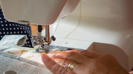 Weibliche Hand mit Nähmaschine Nähte fabic Standard-Bild - 80844838