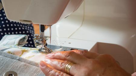 Weibliche Hand mit Nähmaschine Nähte fabic Standard-Bild - 80864075