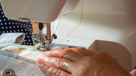 Weibliche Hand mit Nähmaschine Nähte fabic Standard-Bild - 80864854