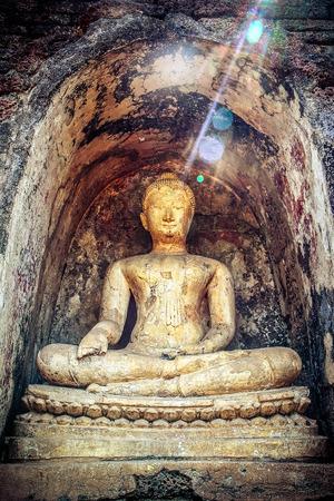 si: Buddha statue around pagoda at Wat Chang Lom  Si Satchanalai Historical Park