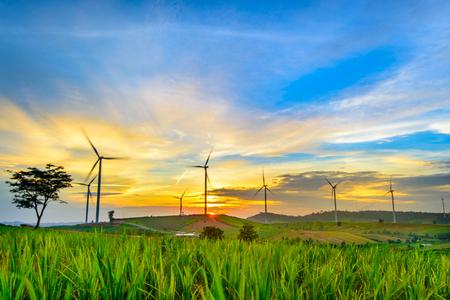 Generadores de viento turbinas al atardecer. Paisaje hermoso de la montaña con las turbinas de los generadores de viento en la montaña de Khao Kho, Tailandia. Concepto de energía renovable.