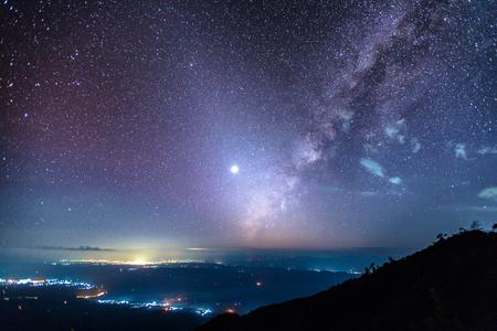 Fantastische sterrenhemel, zodiacal light, milky way, venus en city light view bij Den Chang Non Crest, Pha Peung, Pua, Nan, Thailand