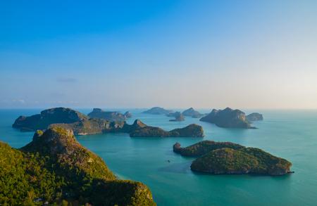 Een hoge hoek mooi uitzicht op Angthong Islands National Park in Surat Thani, Thailand met weerspiegeling van de heldere en heldere blauwe hemel. Landschap van mooie overzees bij golf van Thailand bij Angthong-Eilanden.