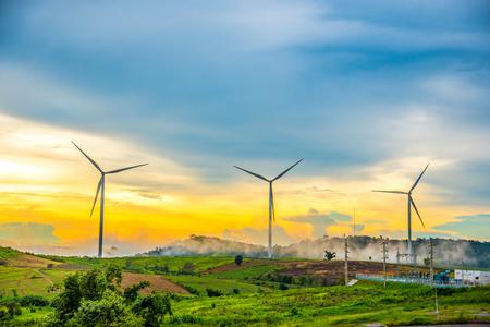 Mooi berglandschap met wind generators turbines en Gasturbineelektrische centrale bij Khao Kho-berg, Thailand. Hernieuwbare energieconcept.