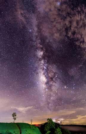 Duidelijk melkweg en nevel in het binnenland van Thailand. Mooie astrofotografieachtergrond van milkyway. Stockfoto