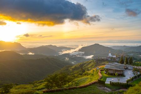 Dramatische levendige zonsopgang met romantische bewolkte hemel en bergachtergrond. Schoonheid van de dageraad zonnestraal scène.