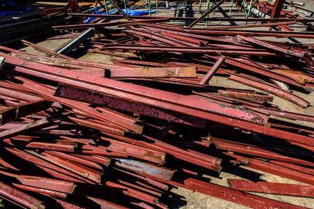 Roestige gebruikte staalstapel bij bouwwerf. Bouw Site met slordige roestige staalstapel bij werf unbuild.