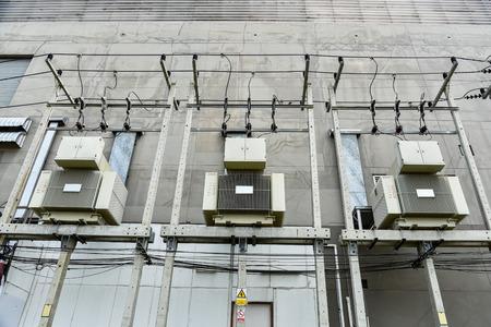Elektrische transformator met koelribben in de fabriek. Industriële infrastructuur. Elektrische energie. Energie concept.