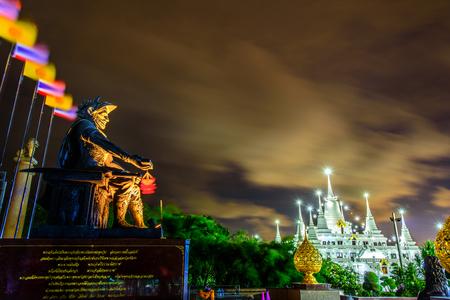 Standbeeld van Majestueuze Asoka-Keizer met biografie steeninschrijving bij Asokaram-tempel, Samut Prakarn, Thailand en pagode die de overblijfselenachtergrond bevatten van Boedha.