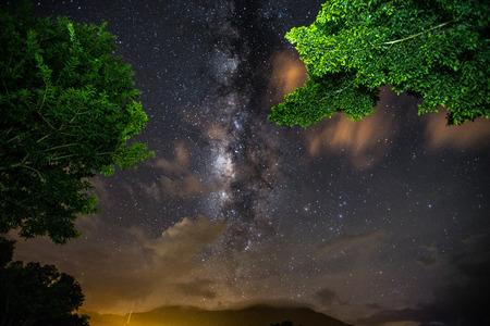 Mist, milkyway en nevel in het binnenland van Thailand. Mooie astrofotografieachtergrond van milkyway. Stockfoto