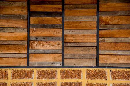 Oud houten plank en baksteenpatroon. Antieke ruwe en rustieke omheining van landelijk huis.