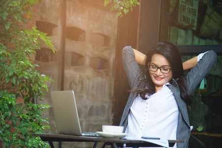 Sleepy zakenvrouw overwerkt, het maken van fouten, het nemen van een pauze. Bedrijfsconcept.