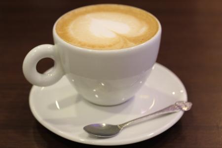 コーヒー カップの牛乳や心臓の形をしました。 写真素材