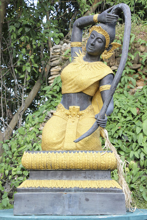 madre tierra: Escultura de la madre tierra apretando el pelo en Wat Mok Khan Lan, Chomthong, Chiang Mai, Tailandia. Foto de archivo