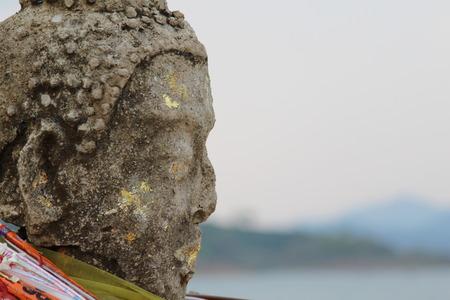 cabeza de buda: Antigua estatua de Buda cabeza en el templo de edad, de Kanchanaburi, Tailandia.