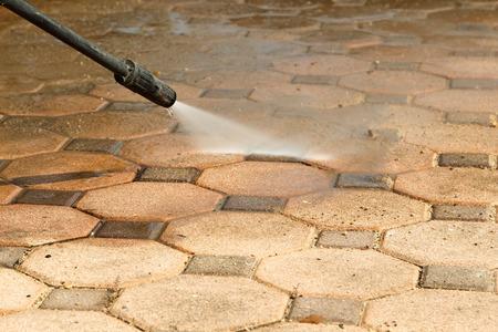 고압의 물 분사에 의해 콘크리트 블록 바닥 청소. 스톡 콘텐츠