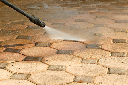 Czyszczenie podłogi z bloczków betonowych strumieniem wody pod wysokim ciśnieniem. Zdjęcie Seryjne