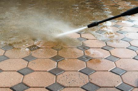 고압 워터 제트로 콘크리트 블록 바닥 청소.