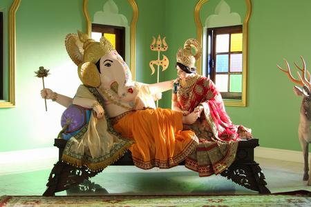 Estatua de Ganesh y su esposa en Ganesh Museum en Chiangmai, Tailandia. Editorial