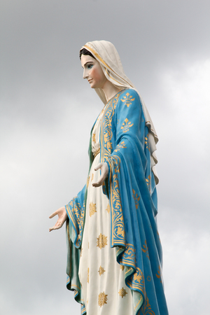 Maagdelijk Mary-standbeeld op donkere hemel bij Katholieke kerk, Chantaburi, Thailand. Stockfoto