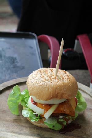 Sappige hamburger op houten plaat klaar voor verkoop. Stockfoto