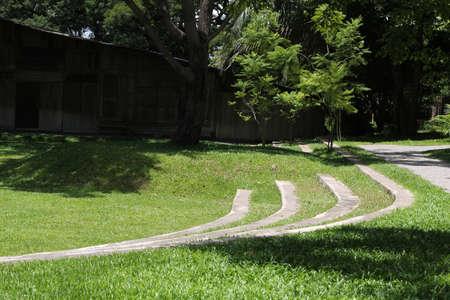 Curve of concrete grandstand on green grass lawn. 版權商用圖片