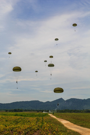 The paratroopers of the air outside the camp