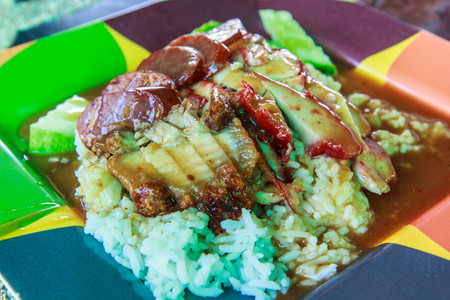 santa cena: Arroz crujiente de cerdo Tailandia puso comida en el plato. Foto de archivo
