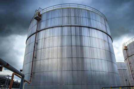 destilacion: Chemical industry with fuel storage tank cladding Insulation.