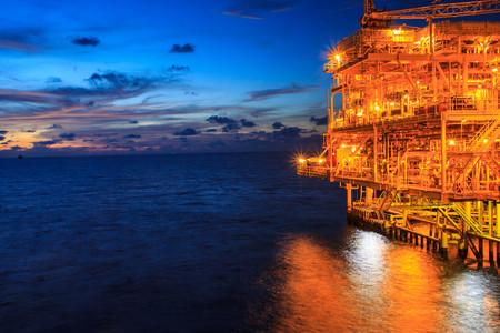 Die große Offshore-Ölplattform bei Nacht mit Dämmerungshintergrund Standard-Bild