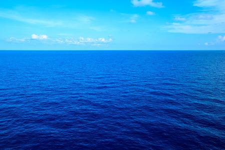 mer au large fond bleu