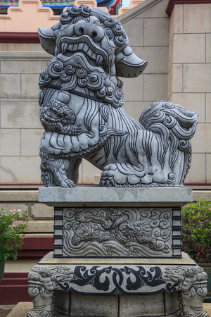 stone lion sculpture on the spectacular temple in thailand. 免版税图像