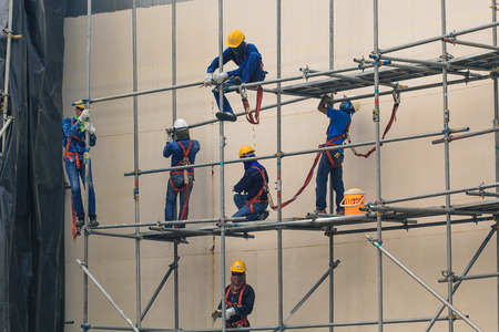 Bangkok - November 16th, 2016: Construction workers installing scaffolding storage tank. Éditoriale
