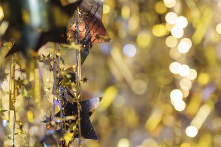 Adornos navideños y caja de regalo sobre fondo brillante
