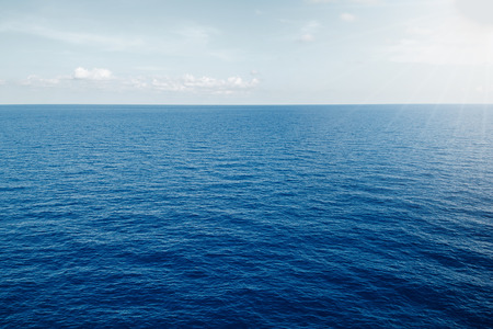 mer sur fond de soleil ciel bleu Banque d'images