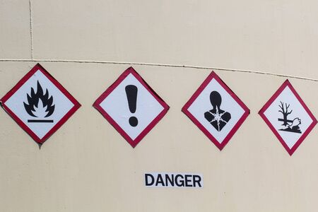 Signs do not danger flammable and do not inhale the respiratory environment. Standard-Bild