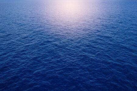 mer sur fond de soleil ciel bleu