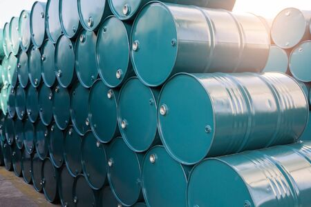 Ölfässer blau oder Chemikalienfässer gestapelt Sonnenlicht Standard-Bild