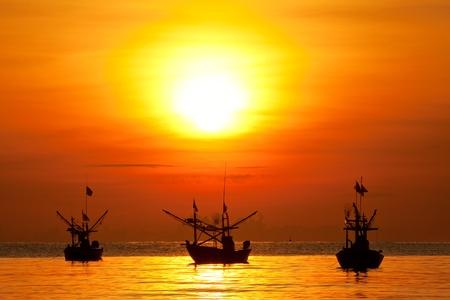 barca da pesca: Pesca in barca all'alba Archivio Fotografico