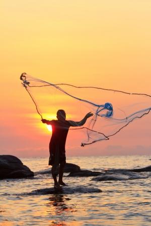 Jetant filet de pêche au lever du soleil, Thaïlande Banque d'images - 12917096