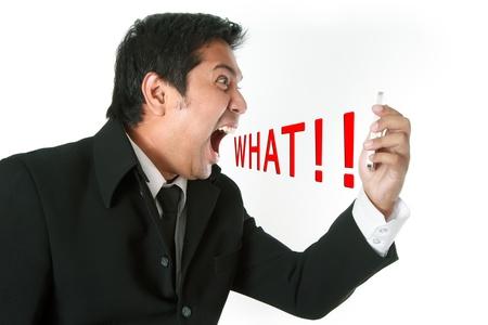 faccia disperata: Uomo d'affari arrabbiato grida sul telefono mobile delle cellule