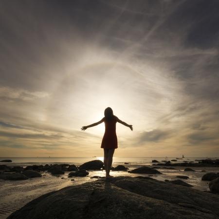 rozradostněný: Happy slaví vítězný úspěch žena při západu slunce nebo východu slunce stojící na pláži
