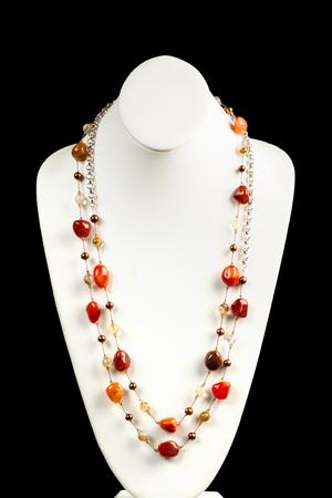 chalcedony: stringhe di calcedonio collana di pietra sul corpo il collo. Archivio Fotografico