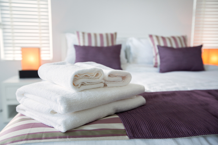 Bath towels on the bed of hotel bedroom Archivio Fotografico